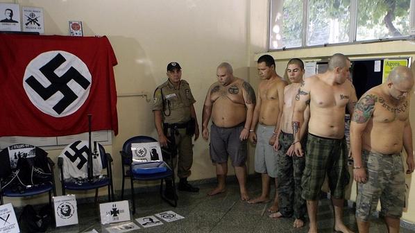 Grupo de neonazistas de Niteroi-RJ, presos com seu material de propaganda, depois de terem agredido o natalense Cirley Santos - Fonte - http://veja.abril.com.br/noticia/brasil/neonazistas-ovacionaram-hitler-antes-de-agredirem-nordestino