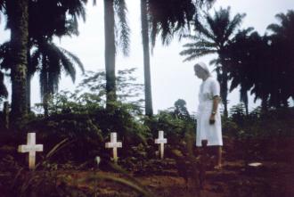Cemitério com os primeiros sepultamentos das vítimas do Ebola - Fonte BBC