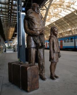 Estátua em sua homenagem (estação em Praga) - http://papodehomem.com.br/