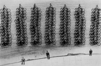 Membros de tropa ciclística alemã em desfile durante o 50º aniversário de Adolf Hitler (20 de abril de 1939)