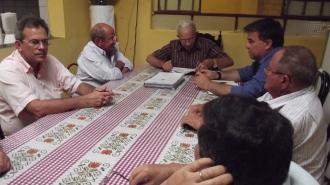 Mestre Geraldo em sua casa, recebendo, entre outras pessoas, Fernando leitão de Moraes, seu filho Hermano Moraes e o autor deste artigo.