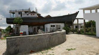 O barco de madeira de 25 metros de comprimento se tornou uma atração popular no circuito turístico do tsunami - Fonte - BBC