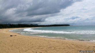 Antes de 2004, poucos sabiam o que era um tsunami, por isso, quando o mar recuou antes da onda atingir a praia, as pessoas correram para coletar peixes na areia em vez de escapar para lugares mais altos.