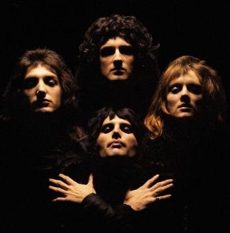 """Grupo Queen em 1975, na gravação do clipe da música """"Bohemian Rhapsody"""" - Fonte - http://www.andresguazzelli.com"""