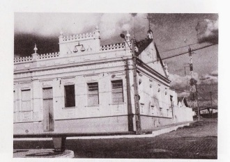 Neste casarão funcionava a cadeia pública, local onde o bando de Lampião matou sete soldados, no dia 22 dezembro de 1922.  (Foto: Google imagens)