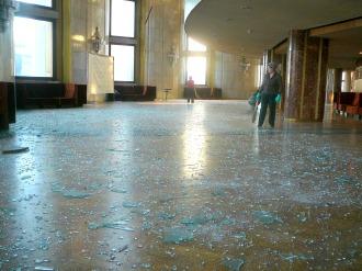 Cacos de vidros espalhados em um espaço público em Chelyabinsk, devido a onda de choque - Fonte - en.wikipedia.org