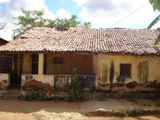 Estado de abandono da antiga casa grande da Fazenda Santana, para onde o fazendeiros Gurgel foi levado pelo cangaceiro Sabino e ficou frente a frente com lampião.