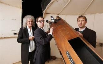 May e amigos astrofísicos em um observatório.