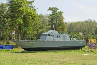 Nas áreas atingidas pelo tsunami de 2004 existem vários monumentos que lembram a tragedia. Aqui vemos o memorial da Police Boat T813, em Khao Lak, na província de  Phang-nga, Tailândia. Um barco de patrulha arrastado para terra e deixado no lugar onde as ondas o levaram.