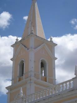 Igreja de São Vicente de Paula, histórico palco de resistência dos mossoroenses aos ataques dos cangaceiros de Lampião. Anualmente neste local acontece uma encenação do fato dentro do calendário cultural do município.