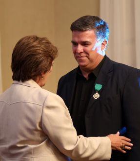 Recebendo da Governadora Rosalba Ciarline a Medalha do Mérito Cultural Professor Deífilo Gurgel - Foto - Eduardo Alexandre Garcia