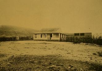 Casa típica do sertão de Acari, localizada próximo ao canteiro de obras de gargalheiras na década de 1920.