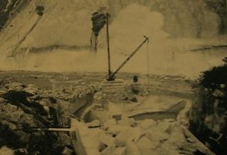 Guindaste destinado ao transporte de blocos de granito, para o represamento do rio Acauã.