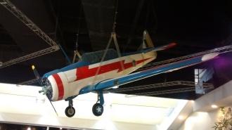 Um modelo em escala de um North-American T-6D nas antigas cores da Esquadrilha da Fumaça.