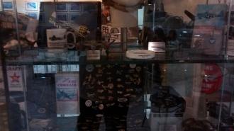 Um dos expositores existentes no local com vários itens sobre aviação.