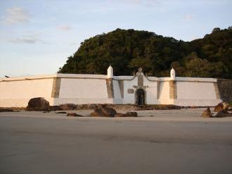 A Fortaleza de Nossa Senhora dos Prazeres de Paranaguá está localizada na praia da Fortaleza, no sopé do Morro da Baleia (hoje da Fortaleza), na Ilha do Mel, cidade de Paranaguá, no litoral do Estado do Paraná.- Fonte - fortalezas.org