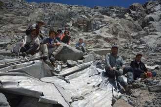 Montanhistas posam para foto com o que seria um destroço do avião desparecido. Foto: Leonardo Albornoz / AP