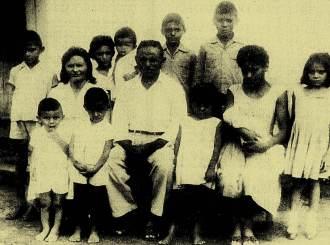 O líder camponês João Pedro Teixeira, sua mulher Elizabeth e seus filhos.