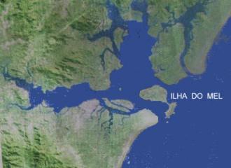 Foto de satélite da região da Baía de Paranaguá, com destaque para a Ilha do Mel. Pela imagem é possível ver a posição estratégica da Ilha do mel em relação ao resto da baía. Fonte - timblindim.wordpress.com