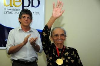 O governador Ricardo Coutinho e Elizabeth Teixeira, durante a entrega da Medalha do Mérito Universitário, feita pela Universidade Estadual da Paraíba (UEPB) em 2011
