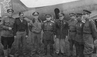 Militares russos e americanos em uma base aérea russa. Aliados por pouco tempo e inimigos por décadas.