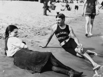 Aqui nós temos o jovem Nikola Tesla com uma beldade, nas areias de Staten Island Midland Beach, New York, 1898.