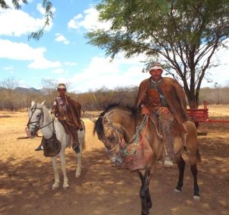 Edvan ao lado de um jovem vaqueiro que mantém a tradição dos homens encourados da caatinga nordestina