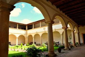 Pátio interno do Convento e Igreja Nossa Senhora dos Anjos, que começou a ser erguido por frades franciscanos em 1660. (Foto: Divulgação)