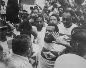 De baús familiares saíram fotos dos protestos contra a anexação em 1988: manifestante enfrenta comitiva oficial. (Imagem: Acervo Domício Cordeiro)