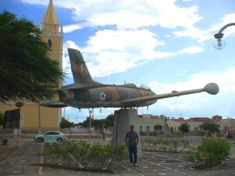 Rudolf junto ao AT-26 Xavante da FAB, espetado em Parelhas, Rio Grande do Norte, ao lado da Igreja de São Sebastião