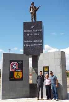 German, Rudolf e Seu João no monumento de Santa Luzia