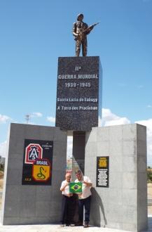 O responsável pelo TOK DE HISTÓRIA, junto com o Sr. João Gambarra, no monumento aos combatentes brasileiros da Segunda Guerra Mundial em Santa Luzia, Praíba