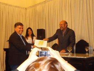 Recebendo o diploma de Sócio Efetivo da UBE-RN das mão do presidente Roberto Lima.