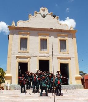 Bacamarteiros do Vale do Pajeú, de Santa Cruz da Baixa Verde, Pernambuco defronte a igreja dos Patos