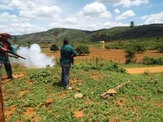 Bamarcateiros disparando diante da Serra da Baixa Verde
