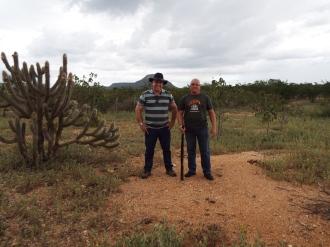 Com o amigo Narciso Dias, no Sítio Jenipapo, com a Serra do Pico ao fundo da foto