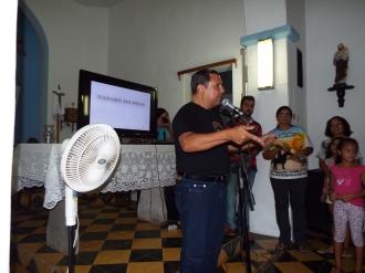 O curador do evento Cariri Cangaço Manoel Severo Barbosa, na igreja de Nazaré