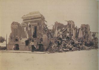 Fotografia de 1894 é de um prédio em ruínas, durante a Revolta da Armada no Rio - Fonte - http://www.revistadehistoria.com.br/secao/na-rhbn/ruinas-em-flashback