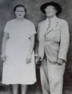 """Manoel Lopes, o conhecido """"Ronco Grosso"""", ao lado de sua esposa."""