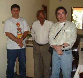 Da esquerda para direita vemos Rostand Medeiros, o tenente João Gomes de Lira, respeitado combatente Nazareno que lutou em várias ocasiões contra Lampião e Sérgio Dantas. Foto realizada em Nazaré, distrito de Floresta, pernambuco, em 2007.