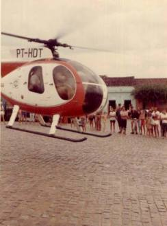 Helicóptero Hughes MD 500 da Cosern, decolando em plena rua de Santa Cruz