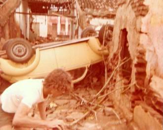 A correnteza arrastou veículos em Santa Cruz.
