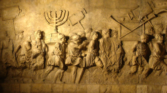Representação existente no Arco de Tito, em Roma, onde vemos o triunfo romano na comemoração do saque de Jerusalém.  -Fonte - wikimedia.org/wikipedia/commons/7/7d/Arch_of_Titus_Menorah.png