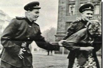 Russos molestando uma alemã. É inegável que a maioria dos abusos sexuais praticados contra as alemãs foram perpetrados por tropas russas, mas eles não estavam sozinhos na tarefa - Fonte - httpwww.svobodata.com
