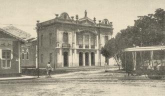 Teatro Carlos Gomes,no bairro da Ribeira