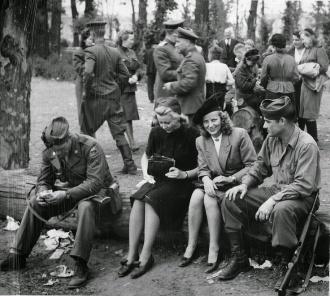 Para muitos americanos nos Estados Unidos a imagem apresentada de suas tropas de ocupação na Alemanha pós Segunda Guerra Mundial foi de cordialidade e fidalguia. Mas parece a realidade foi bem outra fora das lentes das câmeras - Fonte - www.organizedrage.com