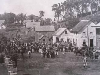 Aspecto de uma comunidade rural no Rio Grande do Sul, no final do séc. XIX. Neste caso é uma foto antiga da cidade de Gramado. Fonte - Memorial da História do Brasil - Facebook