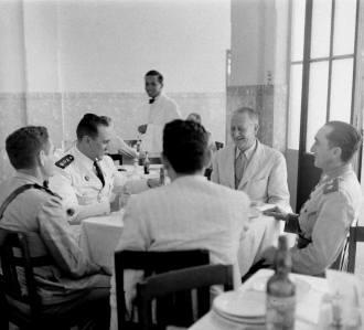 Oficiais militares brasileiros e possíveis técnicos americanos da ADP , no restaurante do Grande Hotel - Foto - Life Magazine