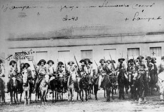 A indumentária dos cangaceiros do grupo de Lampião o período anterior a 1930 não era esteticamente tão rica. Como podemos ver nesta foto de junho de 1927, em Limoeiro do Norte, Ceará, após o ataque deste bando a cidade de Mossoró.