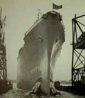 O USS General W. A. Mann deixando o estaleiro em New Jersey